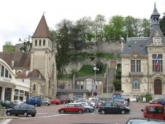 Ruines de l'ancien château et la butte sur laquelle elles sont situées - English: The castle of Château-Thierry (Aisne, France) seen from the town house square.