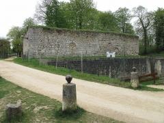 Ruines de l'ancien château et la butte sur laquelle elles sont situées - English: The remainings of the dungeon of the castle of Château-Thierry (Aisne, France).