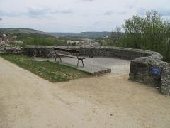 Ruines de l'ancien château et la butte sur laquelle elles sont situées - English: The tour du Trésor (=Treasure tower) of the castle of Château-Thierry (Aisne, France).