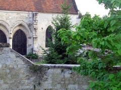 Eglise -  Coucy-le-Château (Aisne, France) - Côté Sud de l'église St-Sauveur vu depuis la gloriette (dans la cité fortifiée).  La gloriette sur le rempart délimite le Domaine de la Grangère (autrefois jardin de la maison du gouverneur).   Cette vue montre des traces importantes de restauration et modifications réalisées après la Permière Guerre mondiale.