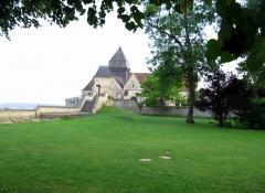 Eglise -  Coucy-le-Château (Aisne, France) - Eglise St-Sauveur (à l'arrière plan) dans la cité fortifiée.  La pelouse au premier plan est celle du Domaine de la Grangère (autrefois jardin de la maison du gouverneur).   L'escalier ne mène pas directement à l'église mais à la