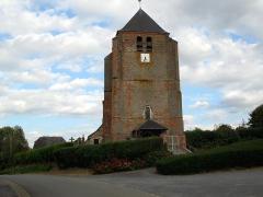 Eglise -  Hary (Aisne, France) -   L'église fortifiée.   La rue fait un arc de cercle pour contourner l'église fortifiée et son cimetière.