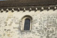 Ancienne église Saint-Martin-au-Parvis - Deutsch: Ehemalige Kirche St-Martin-au-Parvis in Laon im Département Aisne/Picardie (Frankreich), Fenster mit skulptierter Archivolte, Kragsteine unter dem Dachansatz