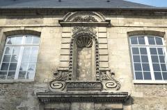 Ancien Hôtel-Dieu - Deutsch: Ehemaliges Hôtel-Dieu an der Place Aubry/Place de la Cathédrale in Laon im Département Aisne/Picardie (Frankreich), Heiligennische