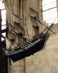 Basilique Notre-Dame - Français:   Dans la nef de la basilique Notre-Dame de Liesse, maquette de navire en ex-voto représentant le Soleil Royal, vaisseau amiral de la flotte de Louis XIV, offert en 1692 par le vice-amiral de Tourville, chevalier de Malte, après la bataille de La Hougue.
