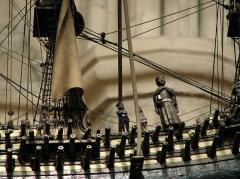 Basilique Notre-Dame - Français:   Dans la nef de la basilique Notre-Dame de Liesse, détail de la maquette de navire en ex-voto représentant le Soleil Royal, vaisseau amiral de la flotte de Louis XIV, offert en 1692 par le vice-amiral de Tourville, chevalier de Malte, après la bataille de La Hougue.