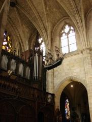 Basilique Notre-Dame - Français:   Vue de la nef de la basilique Notre-Dame de Liesse avec une maquette de navire en ex-voto.