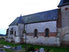 Eglise Notre-Dame-de-l'Espérance -  Noircourt (Aisne, France) -   La façade Nord de l'église fortifiée.   Photo floue (vu les conditions de faible lumière à la prise de vue, sans pied) qui devra être refaite.