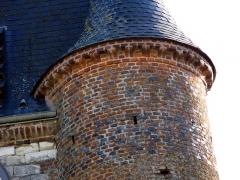 Eglise Notre-Dame-de-l'Espérance -  Noircourt (Aisne, France) -    La façade Ouest de l'église fortifiée et son échauguette de droite.