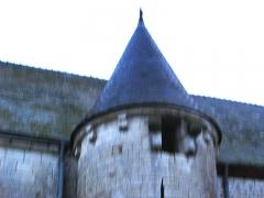 Eglise Notre-Dame-de-l'Espérance -  Noircourt (Aisne, France) -   La tourelle nord de l'église fortifiée.  Photo floue (vu les conditions de faible lumière à la prise de vue, sans pied) qui devra être refaite.   Comme pour d'autres photos a priori ratées (ou inintéressantes) pour cause de lumière insuffisante (trop de flou ou de