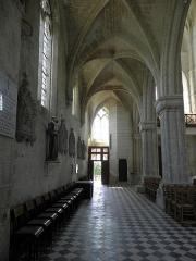 Eglise Saint-Julien et Saint-Jean-Baptiste - Français:   Bas-côté sud (vers la façade occidentale) de l\'église Saint-Julien de Royaucourt-et-Chailvet (02).