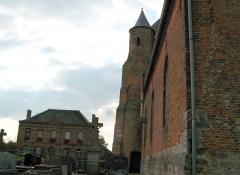 Eglise -  Saint-Algis (Aisne, France) -   Mairie, cimetière et église fortifiée.   On remarque bien la petite porte pratiquée à la base de la tour d'angle.
