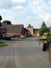 Eglise -  Saint-Algis (Aisne, France) -    L'église fortifiée, vue depuis la rue en pente qui pénètre dans le village par le sud.