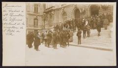 Hôtel de ville - English: Aux manœuvres de cadres à St Quentin en 1914. Les officiers généraux sortant de l'hôtel de ville.