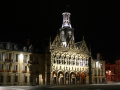 Hôtel de ville - English: The floodlit facade of the town hall at St Quentin