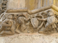 Hôtel de ville - Français:   Scène de vendanges sur la façade de Hôtel de ville de Saint-Quentin (Aisne) (début XVIe siècle).