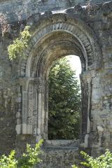 Ancienne abbaye Notre-Dame - Deutsch: Ehemalige Abtei Notre-Dame in Soissons im Département Aisne (Picardie/Frankreich), romanisches Fenster