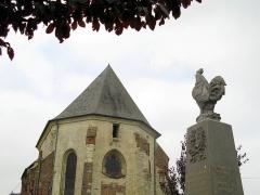 Eglise Saint-Martin -  Vigneux-Hocquet (Aisne, France) -   Chevet de l'église fortifiée et monument-aux-morts.   Le chevet de l'église est percé d'une ouverture, celle d'une bretèche dont l'avancée couverte a disparu.