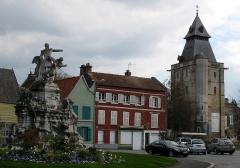 Hôtel de ville -  Abbeville (Somme, France) -  Le monument de l'Amiral Courbet et le beffroi.  .