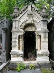 Cimetière de la Madeleine -   Amiens (Somme, France) -  Au cimetière de La Madeleine, une tombe a subi une érosion importante. La pierre est trop tendre.   .