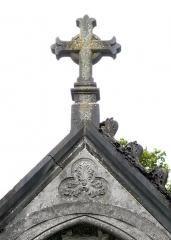 Cimetière de la Madeleine -   Amiens (Somme, France) -  Au cimetière de La Madeleine, une chapelle funéraire néo-gothique.   On remarque au fronton, hormis la dégradation de l\'édifice (à gauche, une pierre est tombée), un trilobe décoré d\'un motif floral pouvant faire penser à un visage humain).