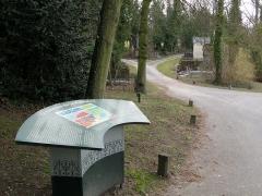 Cimetière de la Madeleine -   Amiens (Somme, France) -  La table d\'orientation installée peu après l\'entrée du cimetière de La Madeleine, à droite du pavillon abritant le bureau du gardien et la crématorium.   Plusieurs sentiers sinueux mènent entre les arbres vers une multitude de tombes installées sur les pentes.