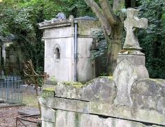Cimetière de la Madeleine -  Amiens (Somme, France) -  Au cimetière de La Madeleine, quelques tombes voisines de la tombe LEROUX.   .