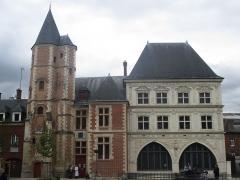 Logis du Roi - Français:   Le Logis du Roi à gauche et la Maison du Sagittaire à droite, à Amiens.