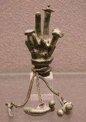 Musée de Picardie -  Main de bronze dédiée à Jupiter Sabazios, indiquant le développement de cultes orientaux dans l'empire romain. IIIème s. + JC.Musée de Picardie à Amiens.