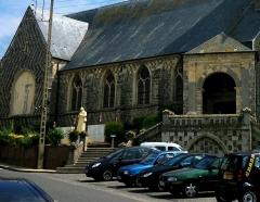 Eglise Saint-Pierre -  Ault (Somme, France).   Le monument-aux-morts se dresse sur le côté de l'église St-Pierre.