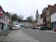 Eglise -  La Place du bourg de Conty (Place du général-de-Gaulle). Au fond, la butte féodale.