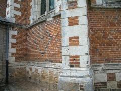 Eglise - Français:   Doudelainville, Somme, France, église, appareillage de briques, graffiti.
