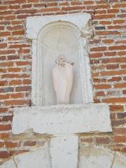 Eglise - Français:   Doudelainville, Somme, France, église, niche avec Vierge à l\'enfant au-dessus de la porte latérale droite.