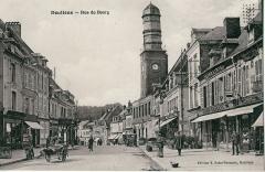 Ancienne maison communale -  Carte postale ancienne éditée par E. Saint-Germain DOULLENS: Rue du Bourg Vue de la rue du Bourg et du beffroi, avant la Première guerre mondiale