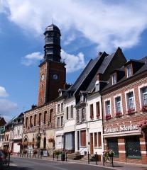 Ancienne maison communale -  Doullens (Somme, France).   Le beffroi, vu du Nord de la rue (en provenance du centre-ville).