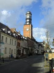 Ancienne maison communale -  Doullens (Somme, France) - Beffroi.  Le bâtiment sous la tour abrite actuellement l'Office de Tourisme. Vue latérale depuis la direction Sud de la Rue du Bourg.  On remarque une légère inclinaison de la maçonnerie de brique.  Camera location50°09′17.51″N, 2°20′26.48″EView this and other nearby images on: OpenStreetMap - Google Earth 50.154865;    2.340689