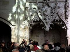 Eglise Saint-Jacques-le-Majeur et Saint-Jean-Baptiste -   Folleville (Somme, France) -  Groupe de visiteurs admirant un tombeau, visite guidée par Pierre Michelin (sous la vierge à l\'enfant)  .   .