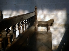 Eglise Saint-Jacques-le-Majeur et Saint-Jean-Baptiste -   Folleville (Somme, France) -  Un banc.  .   .