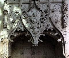 Eglise Saint-Jacques-le-Majeur et Saint-Jean-Baptiste -  Folleville (Somme, France) -  Détail d'un tombeau.  .  .