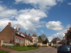 Beffroi -  Lucheux (dépt. Somme, France), rue Jean-Baptiste Delecloy avec porte du bourg (XIVe siècle)