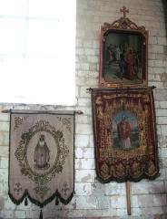 Eglise -  Lucheux (Somme, France) -  Deux bannières de procession, à l'intérieur de l'église. Celle de droite représente