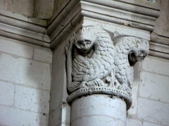 Eglise -  Lucheux (Somme, France) -  Détail de l'intérieur de l'église: chapiteau roman.  Ce chapiteau (numéroté 4 dans le fascicule de 24 pages diffusé par l'Office de tourisme du Doullennais, Lucheux - Merveilles romanes - Les Chapiteaux de l'église Saint-Léger) représente 2 oiseaux étranges.  On remarque aussi que l'astragale (petite moulure en forme de boudin entre le chapiteau et la colonne) a pour motif décoratif un alignement horizontal de points (ou petits trous).  (Ce chapiteau est présenté par une photo dans la brochure de l'Office de tourisme, page 9.)  .   .