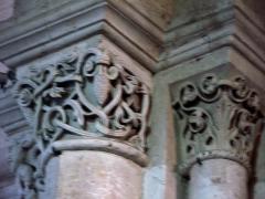 Eglise -  Lucheux (Somme, France) -  Détail de l'intérieur de l'église: chapiteau roman.  Ce chapiteau (numéroté 2 dans le fascicule de 24 pages diffusé par l'Office de tourisme du Doullennais, Lucheux - Merveilles romanes - Les Chapiteaux de l'église Saint-Léger) représente des enrtelacs et une pomme de pin.  On remarque aussi que l'astragale (petite moulure en forme de boudin entre le chapiteau et la colonne) de gauche est simple, alors qu'à droite un motif décoratif est présent, mais hélas non-identifiable sur cette vue trop floue.  (Ce chapiteau est présenté par 3 photos dans la brochure de l'Office de tourisme, page 4 et page 7 et page 22.)  .  .  (Cette photo, prise sans pied, est hélas floue et devra donc être refaite!)