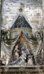 Eglise Saint-Pierre -  Mailly-Maillet (Somme, France) -   L'église: détail de la façade Ouest (à gauche du portail central).