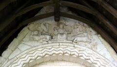 Eglise Saint-Christophe -  Mareuil-Caubert (Somme, France) - Le tympan de l'église.  Jésus, assis, est entouré de la représentation symbolique des 4 Évangiles.