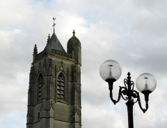 Eglise Saint-Jean -  Péronne (Somme, France) -    Clocher de l'église Saint-Jean-Baptiste, vu de la place devant l'hôtel-de-ville.