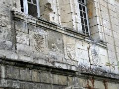 Ruines du château -  Picquigny (Somme, France) -   Les 3 blasons décorant le bas du premier étage du Pavillon Sévigné (partie du château).   Ces motifs peuvent être facilement observés depuis 2008, car à l'automne 2007, leur vue était gênée par la végétation dépassant le mur. Il faut saluer ce début de travail de mise en valeur du site par l'Office de tourisme et la municipalité de Picquigny.