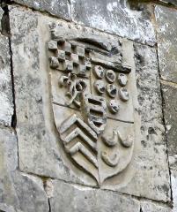 Ruines du château -  Picquigny (Somme, France) -   Le blason de gauche décorant le bas du premier étage du Pavillon Sévigné (partie du château).   Ces 3 motifs peuvent être facilement observés depuis 2008, car à l'automne 2007, leur vue était gênée par la végétation dépassant le mur. Il faut saluer ce début de travail de mise en valeur du site par l'Office de tourisme et la municipalité de Picquigny.