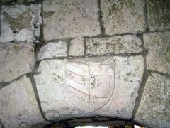 Ruines du château -  Picquigny (Somme, France) -   Dans la cuisine du château, le sommet d'une porte est décoré d'un blason ... qui n'est pas authentique. Il est récent!   .