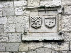 Ruines du château -  Picquigny (Somme, France) -   Château.   Blasons décorant la Porte du Gard.
